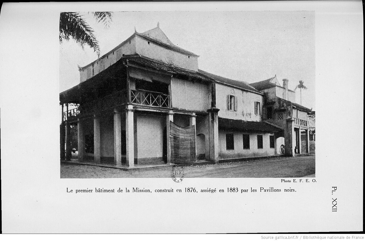 Nhà thờ bằng gạch được cha Landais cho xây vào khoảng năm 1876 và bị quân Cờ Đen thiêu rụi năm 1883. Ảnh trích từ sách Hanoi pendant le période héroïque 1873-1888 của André Masson, xuất bản tại Paris (Pháp), năm 1929.